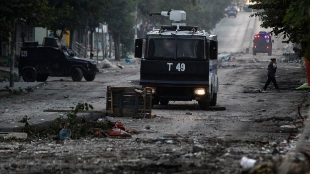 Ein Polizeiwagen fährt nach Demonstrationen durch Istanbul