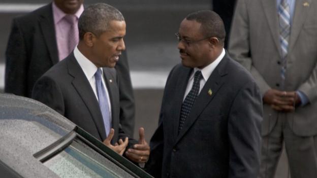 Der US-Präsident Barack Obama und der Äthiopische Ministerpräsident Hailemariam Desalegn im Gespräch neben einem Auto.