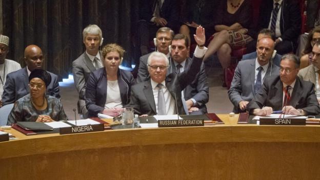 Aufnahme des russischen UNO-Botschafters Vitaly Churkin, der per Handheben abstimmt - inmitten seiner Ratskollegen.