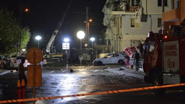 Polizisten sichern Spuren vor der Polizeistation in Istanbul, vor der es in der vergangenen Nacht eine Explosion gegeben hat.