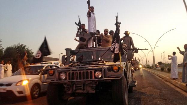 IS-Kämpfer patrouillieren auf einem Panzer im Irak.