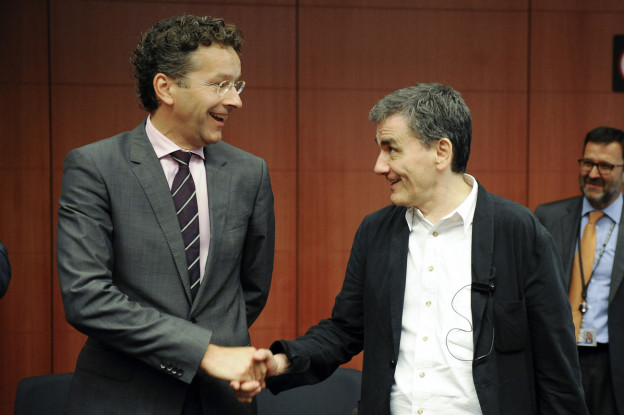 Eurogruppenchef Dijsselbloem und der griechische Finanzminister Tsakalotos geben sich die Hand.