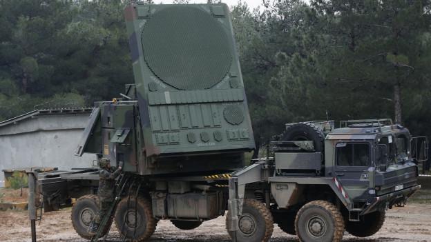 Ein Soldat der deutschen Bundeswehr zeigt den Betrieb einer Radarantenne, die Teil eines Patriot-Raketensystems ist. Das Waffensystem steht auf einer türkischen Militärbasis. Die Aufnahme datiert vom Januar 2013.