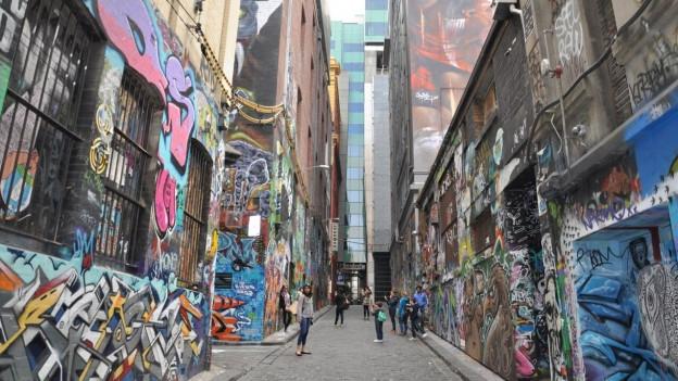 Verschiedene Bilder zieren die Mauern der Häuser in den Strassen Melbournes.