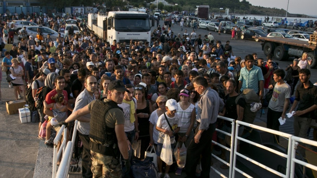 Aufnahme von Flüchtlingen, die darauf warten, dass sie auf eine Fähre dürfen.