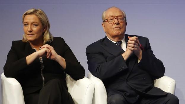 Schauen nicht in die gleiche Richtung: Vater und Tochter Le Pen bei einem Auftritt im letzten November.