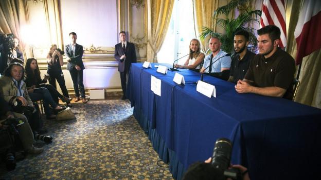 In der US-amerikanischen Botschaft in Paris findet eine Medienkonferenz statt, an der drei US-Soldaten schildern, wie es ihnen gelungen sei, einen mutmasslichen Islamisten zu überwältigen. Dieser wollte in einem Hochgeschwindigkeitszug einen Anschlag verüben. Links im Bild US-Botschafterin Jane Hartley.