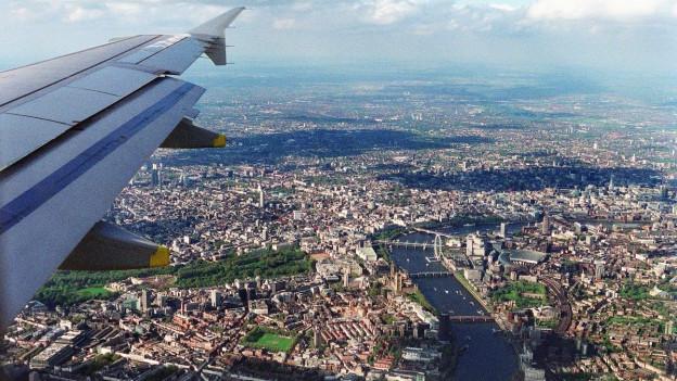 Die Themse von oben, aufgenommen aus dem Flugzeug.