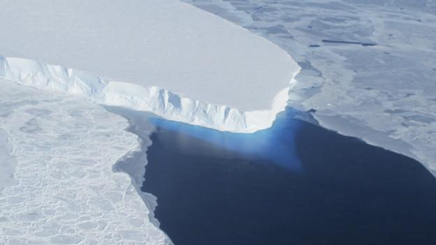 Zu sehen ist ein Satellitenbild des Thwaites-Gletschers in der Westantarktis. Gletscher und Eisberge werden immer rascher schmelzen, sagt die NASA voraus. Die Folge: Der Meeresspiegel steigt in den nächsten 100 bis 200 Jahren um einen Meter.