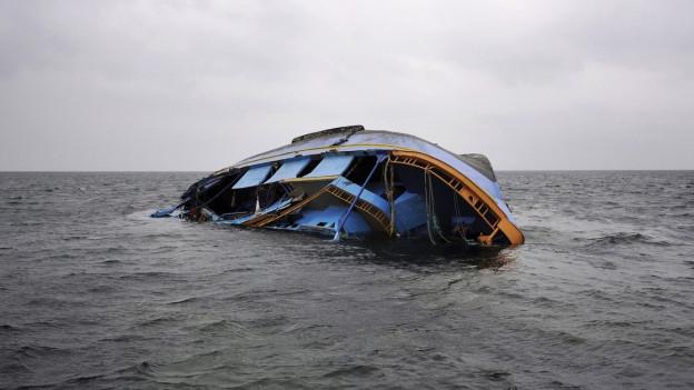 Das Bild zeigt ein gekentertes Flüchtlingsboot