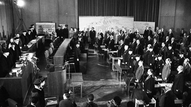 Der Gerichtssaal in Frankfurt bei der Eröffnung des Auschwitz-Prozesses am 20. Dezember 1963.