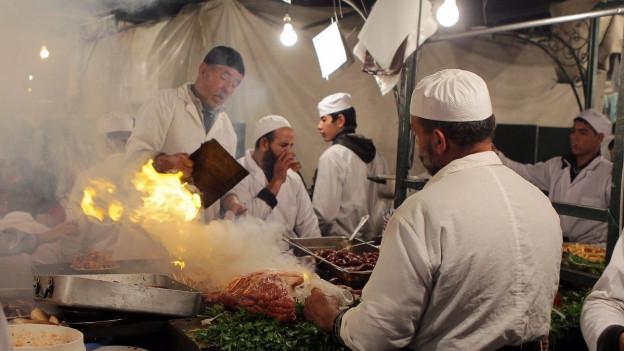 Der mystisch anmutende Open-Air-Food-Markt auf dem zentralen Platz Djemaa el-Fna in Marrakesch