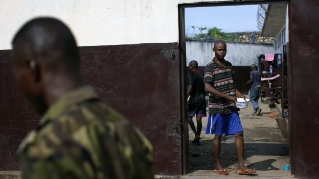 Ein Häftling steht am Eingang des Gefängnisses in Bangui.