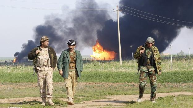 Im Oelfeld von Khabbaz, ausserhalb von Kirkuk im Norden Iraks, steigt Rauch auf. Zur Strategie des IS gehört es, möglichst viele Oelfelder in den eroberten Gebieten zu kontrollieren.