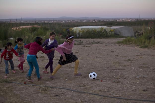 Syrische Flüchtlingskinder spielen Fussball in einem Flüchtlingslager in Jordanien.