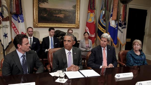 Zu sehen sind Präsident Obama, Aussenminister Kerry sowie Vertreter von Kriegsveteranen. Im Weissen Haus diskutieren sie am Donnerstag dieser Woche über das Atomabkommen mit Iran.