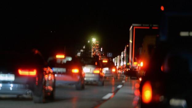 Nachtaufnahme von Autos in einem Kilometer langen Stau am Grenzübergang Walserberg von Salzburg nach Deutschland