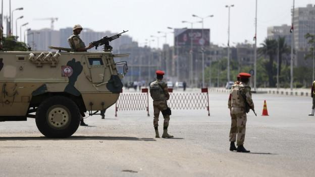 Ägyptische Soldaten stehen Wache in der Hauptstadt Kairo.