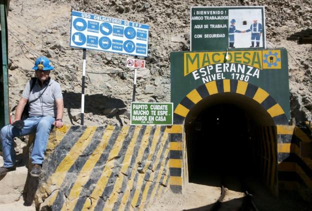 Ulrich Achermann vor dem Eingang zur Goldmine von Macdesa