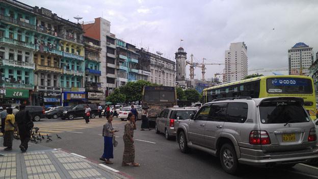 Rangun. Bunte Fassaden, Verkehrschaos und Baustellen.