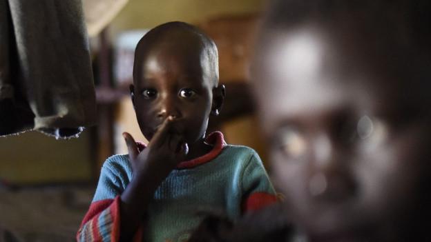 Zwei südsudanesische Kinder blicken in die Kamera.