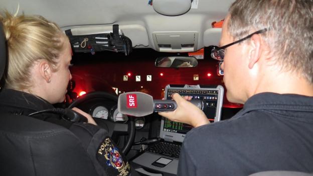 USA-Korrespondent Beat Soltermann sitzt in einem Polizeiauto