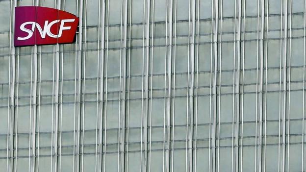 Grosses Gebäude, bei dem oben links gerade noch das SNCF-Logo zu sehen ist.