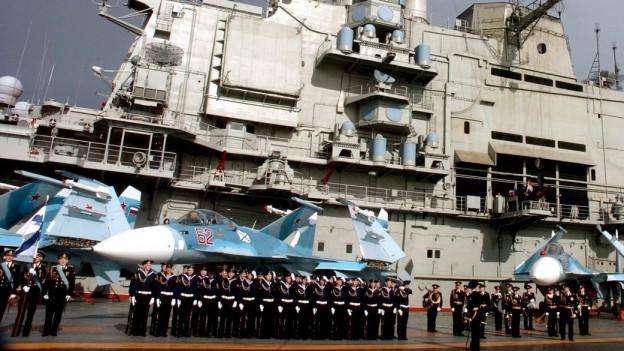 Der russische Flugzeugträger «Admiral Kusnezow» im Hafen von Tartus in Syrien. Auf dem Deck stehen Kampfflugzeuge.