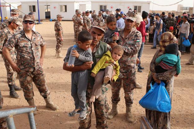 Syrische Flüchtlinge in Jordanien werden auf einen Lastwagen gehievt (September 2015).
