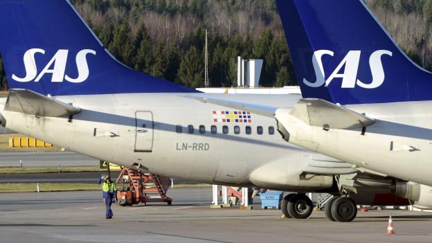 Zwei Maschinen der Scandinavian Airlines stationiert im Flughafen Stockholm.