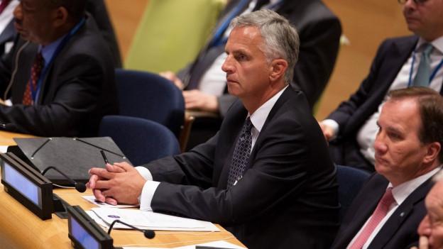 Didier Burkhalter hört einer Konferenz in New York zu.