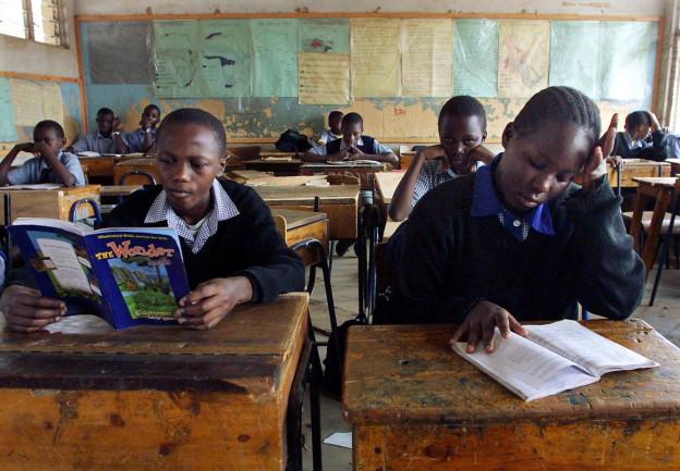 Kinder lesen in Englischbüchern im Schulzimmer.