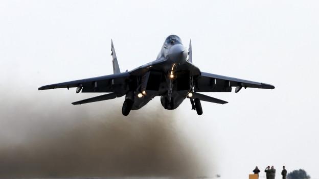 Startendes Militärflugzeug.