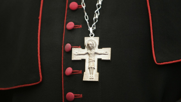 Auf dem Bild zu sehen ist eine Kreuzkette über dem Bischofsgewand eines Erzbischofs