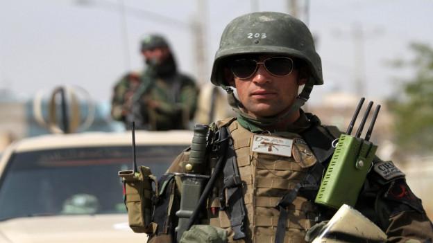 Ein afghanischer Soldat kontrolliert eine Strasse.
