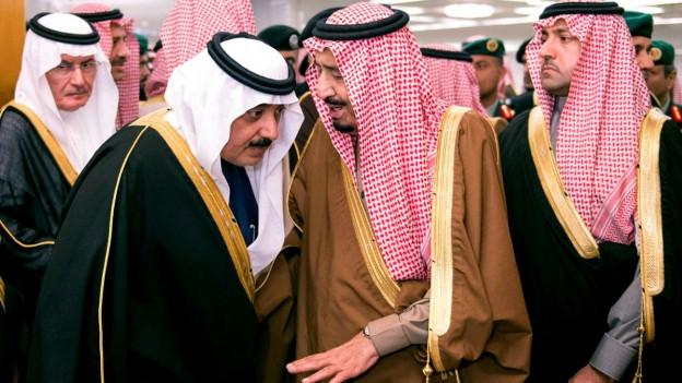 Aufnahme der saudischen Herrscher ins Gespräch vertieft.