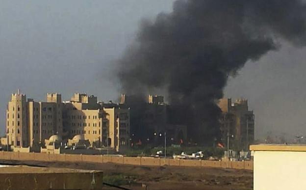 Schwarzer Rauch schwebt über einem Gebäudekomplex in Aden.