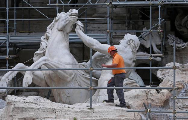 Ein Arbeiter steht auf einem Gerüst um den Trevi-Brunnen in Rom.