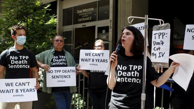 Zu sehen sind Demonstranten, die sich in Atlanta, USA, gegen das TPP-Abkommen einsetzen.