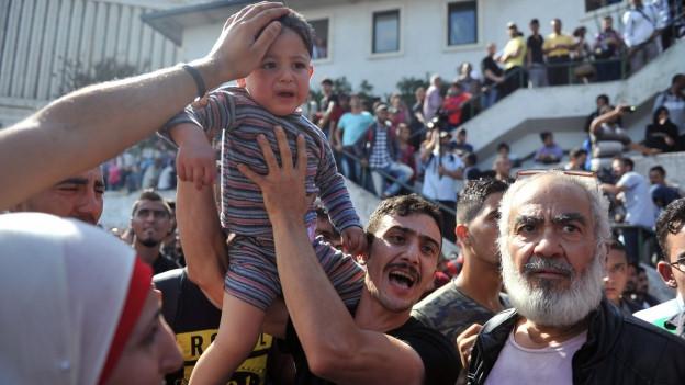Syrische Flüchtlinge versuchen an einem Busbahnhof in Istanbul, sich eine Weiterreise in Richtung türkisch-griechischer Grenze zu organisieren.