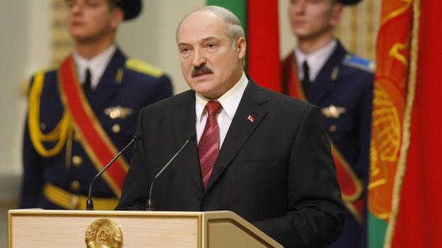 Lukaschenko hält eine Rede bei seiner erneuten Vereidigung vor vier Jahren.