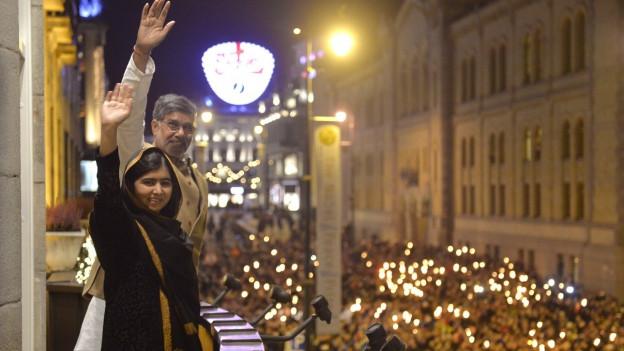 Auf dem Bild zu sehen sind der Inder Kailash Satyarthi und die Pakistanerin Malala Yousafzai anlässlich der Vergabe des Friedensnobelpreises am 10. Dezember 2014 in Oslo.