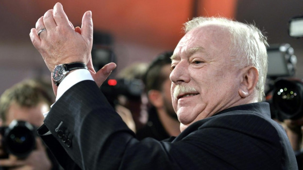 Michael Häupl von der SPÖ klatscht am Sonntag nach dem klaren Sieg der SPÖ in die Hände