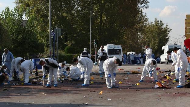 Auf dem Bild sind Forensiker zu sehen, die den Bereich nach den Bombenanschlägen vom 10. Oktober 2015 in Ankara untersuchen.