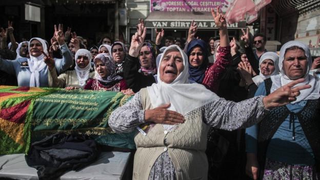 Zu sehen ist ein Bild von einer Beerdigung in Istanbul. Dort trauern Angehörige um ein Opfer des Anschlags in Ankara vom letzten Samstag, der rund 100 Tote gefordert hat.