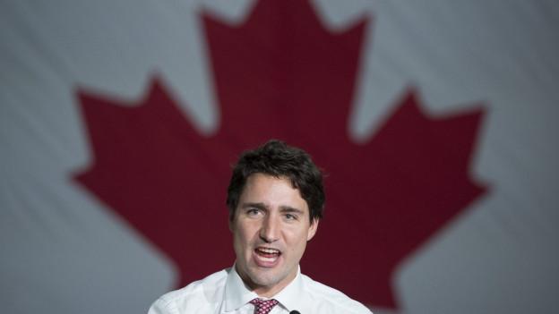 Aufnahme des Politikers Justin Trudeau vor einer Kanada-Flagge.