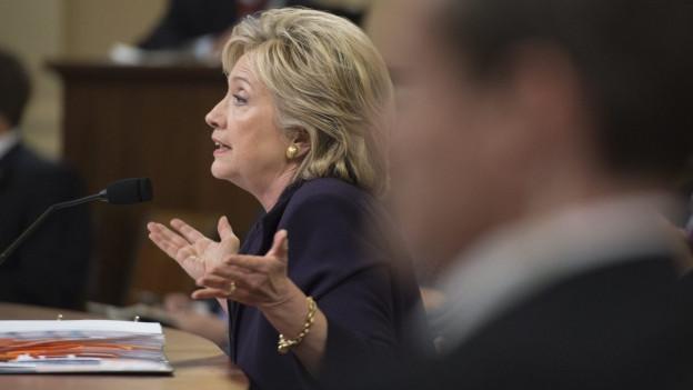 Auf dem Bild zu sehen ist Hillary Clinton, die sich vor dem Sonderausschuss zu Bengasi erklären muss.