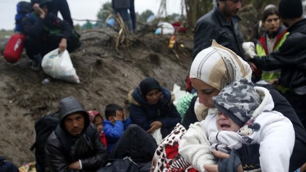 Auf dem Bild sind eine Mutter und ihr weinendes Kind zu sehen in einem serbischen Dorf an der Grenze zu Kroatien.