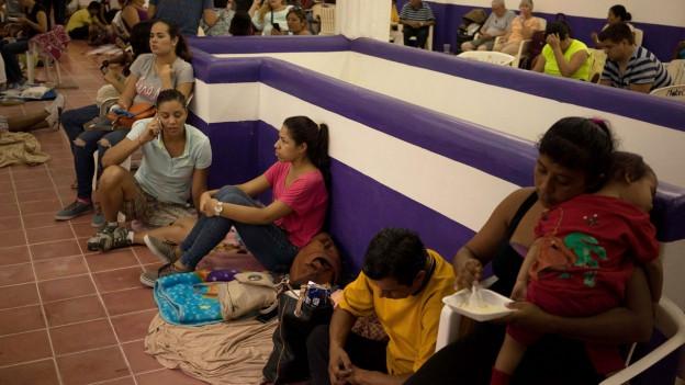 Zehntausende flohen vor dem Wirbelsturm Patricia in Notunterküfte, hier in der Stadt Puerto Vallarte..