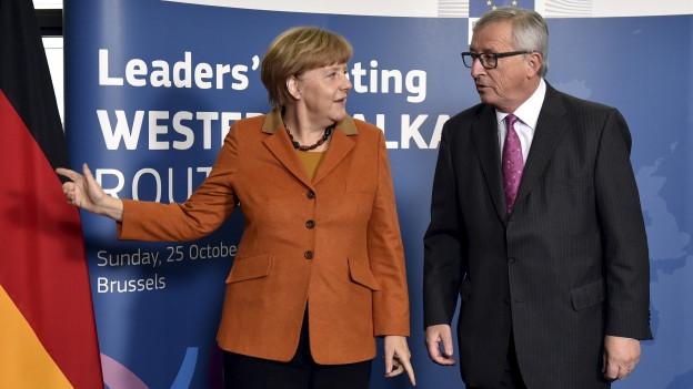 Zu sehen sind EU-Ratspräsident Jean-Claude Juncker und Deutschlands Kanzlerin Angela Merkel am Sonntag im Hauptquartier der EU-Kommission in Brüssel.